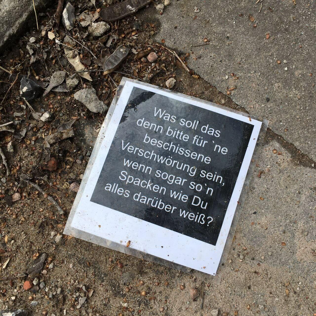 ein Plakat mit der Aufschrift: was soll das bitte für eine Verschwörung sein, wenn so ein Spacken wie du alles darüber weiß?